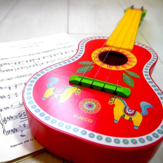 Chitara-multicolora-Instrument-muzical-Ukulele-Djeco.png