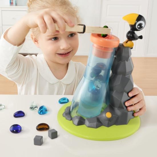 Jucarie Montessori Hranim corbul in picioare pe stanca
