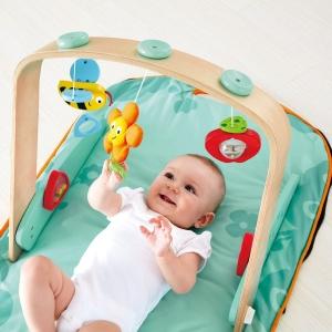 Centru de joaca bebelusi Saltea gentuta cu accesorii Hape